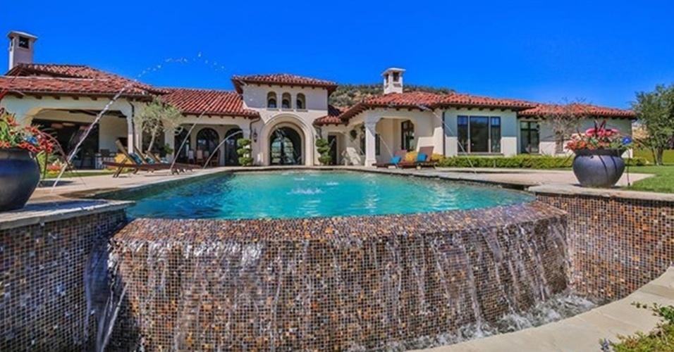 A piscina da residência que Britney Spears colocou à venda por R$ 32 milhões tem cascata e borda feita com pastilhas coloridas. A mansão está localizada na Califórnia, Estados Unidos