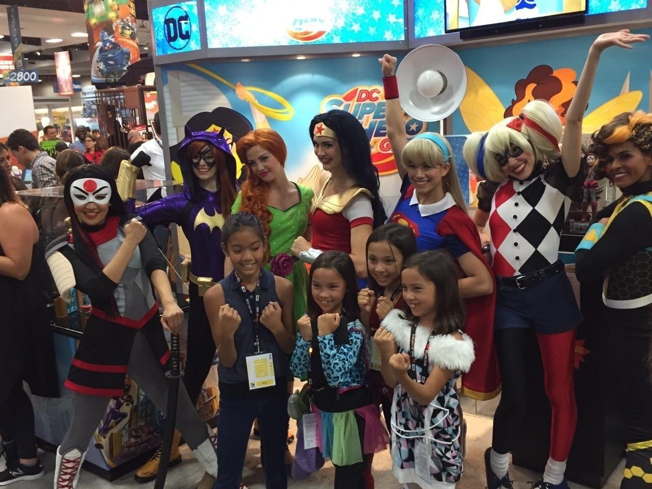 21.jul.2016 - Super Hero Girls protagonizam momento fofo na San Diego Comic-Con