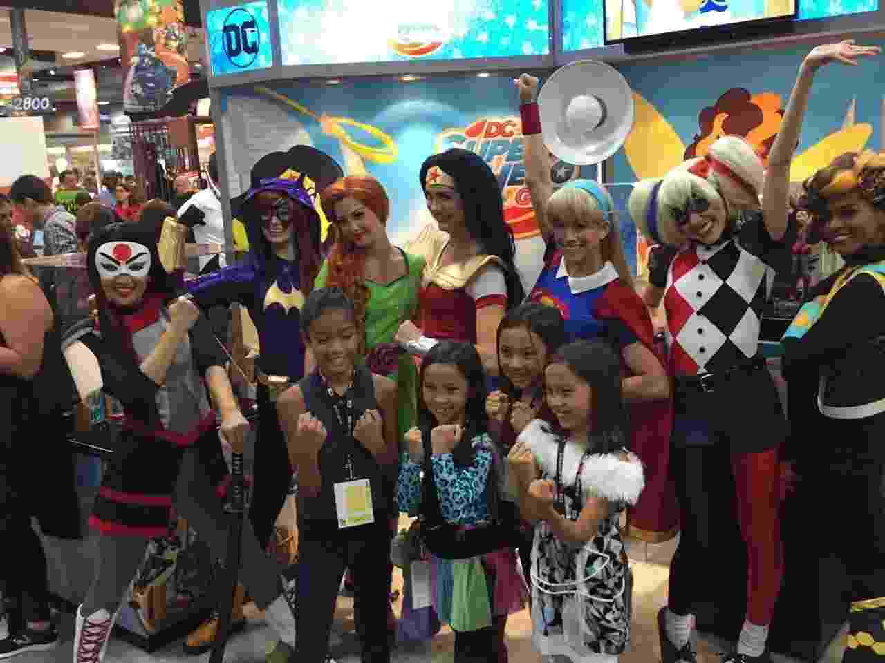 21.jul.2016 - Super Hero Girls protagonizam momento fofo na San Diego Comic-Con - Felipe Branco Cruz/UOL