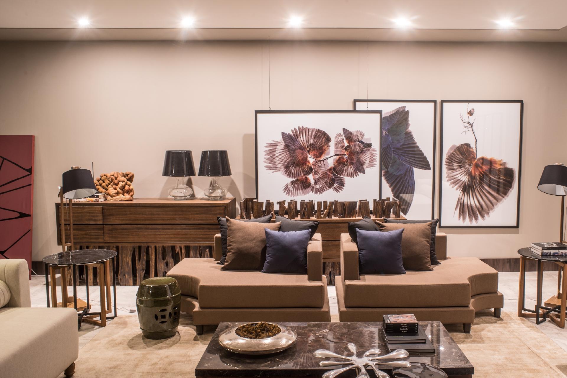 Casa Cor MT 2016 - Para o Estar Íntimo, o designer de interiores Thiago Alencar criou peças exclusivas que propõem o conforto, mas também uma assinatura artística. O bufê (ao fundo) foi construído com pedaços de troncos e galhos de guarantã, o que dá um toque natural e surpreendente ao espaço