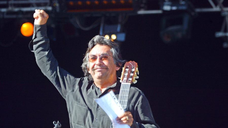 O cantor chileno Angel Parra em show de 2003, em Paris - AFP PHOTO / Joël SAGET
