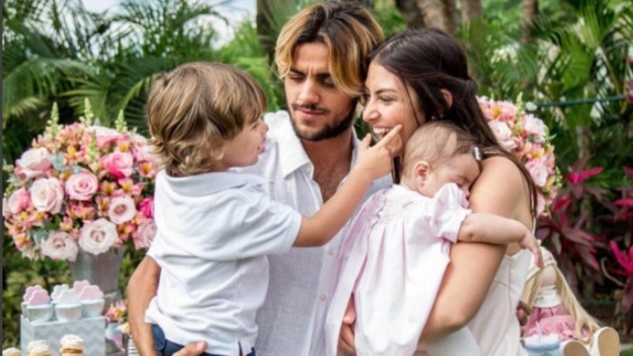 Felipe Simas e a mulher, Mariana Uhlmann, com os filhos, Maria e Joaquim - Reprodução/Instagram/uhlmannmariana