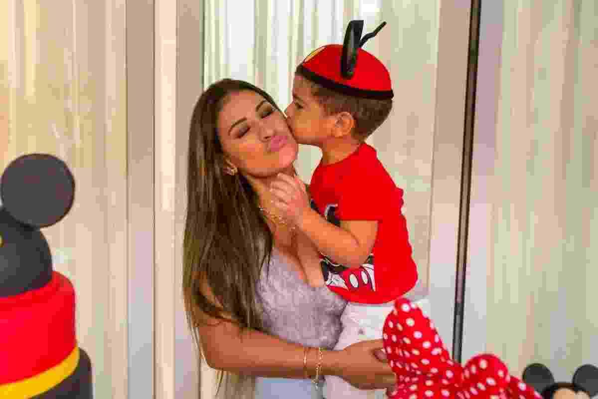 Henry beija a mãe, Simone Mendes, em sua festa de aniversário de três anos em Orlando (EUA) - Diogo Alexandre/Brazil News Internacional