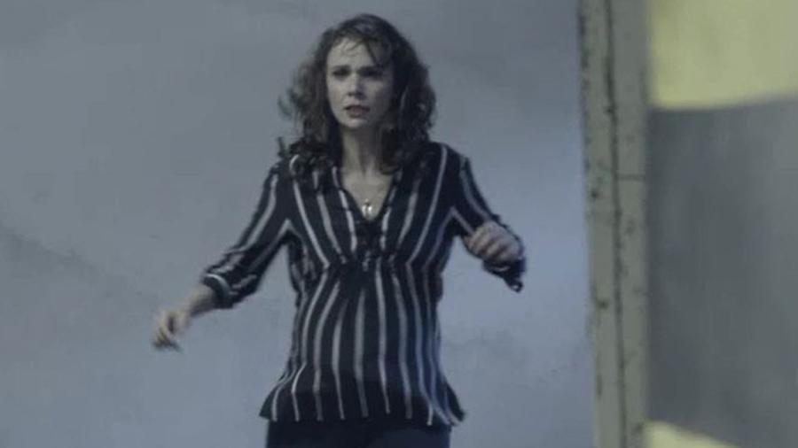 Irene (Débora Falabella) é encurralada em perseguição e acaba morrendo ao cair no poço de elevador - Reprodução/A Força do Querer/GShow