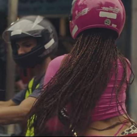"""Anitta usa capacete em """"Vai Malandra"""" - Reprodução/YouTube"""
