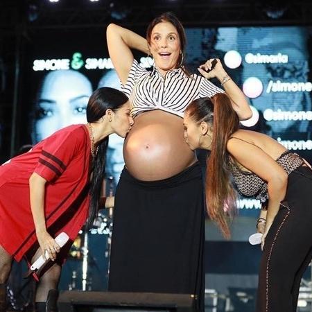 Ivete Sangalo surge de surpresa em show de Simone e Simaria e ganha beijo na barriga de grávida - Saulo Brandão/Divulgação