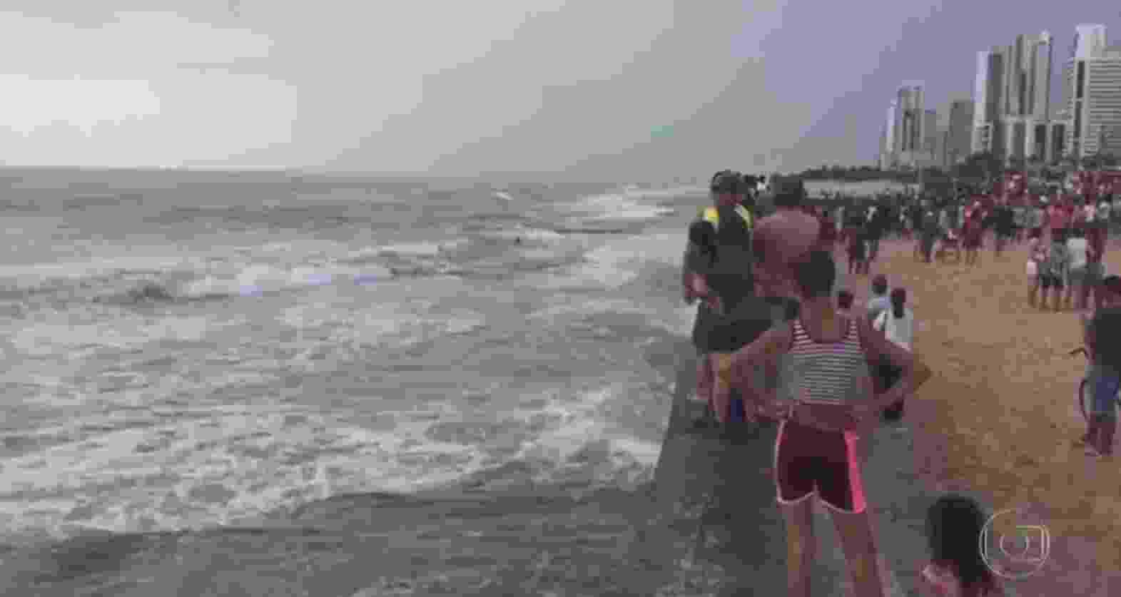 """Helicóptero cai em praia do Recife após fazer imagens para o """"Bom Dia Pernambuco"""" - Reprodução/Globo"""