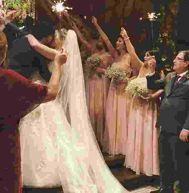 Niina e Guilherme se beijam após a cerimônia - Reprodução/Instagram