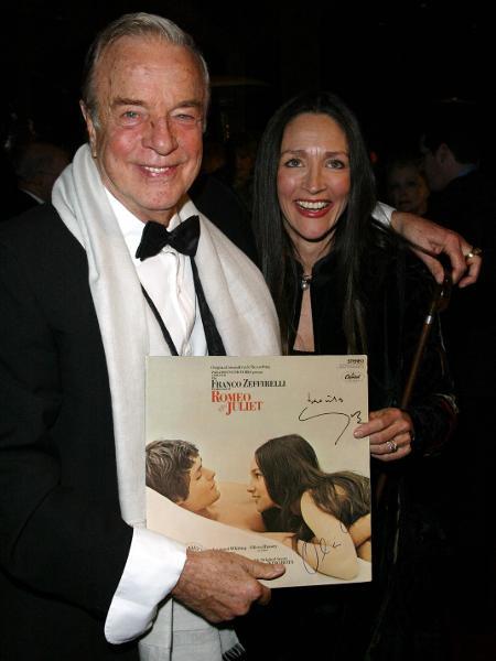 Diretor Franco Zeffirelli e atriz Olivia Hussey com pôster de Romeu e Julieta  - Frazer Harrison/Getty Images