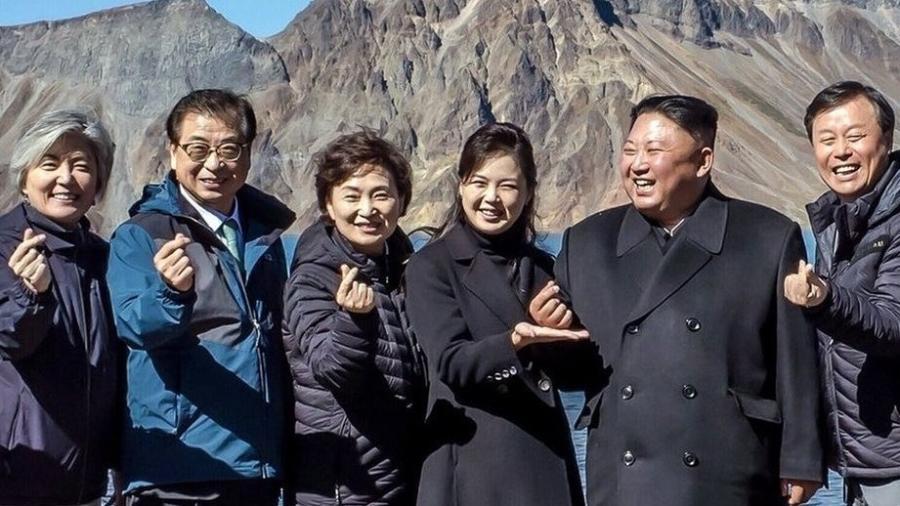 Kim Jong-un tenta fazer um gesto sul-coreano que derreteu corações em Seul - DIVULGAÇÃO/CASA AZUL