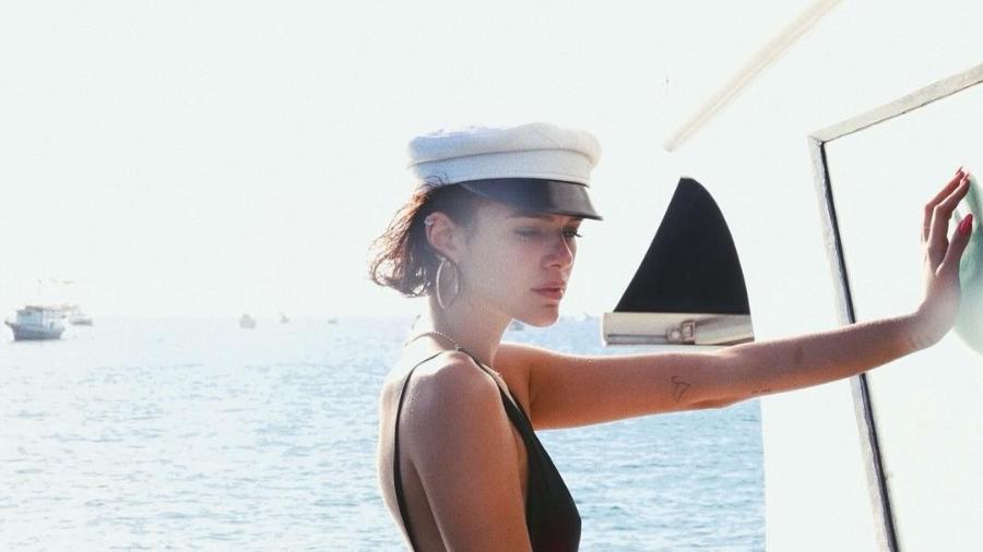 De marinheira cheia de estilo, Marquezine quebra a internet com foto em Fernando de Noronha - Reprodução/Instagram/@brumarquezine
