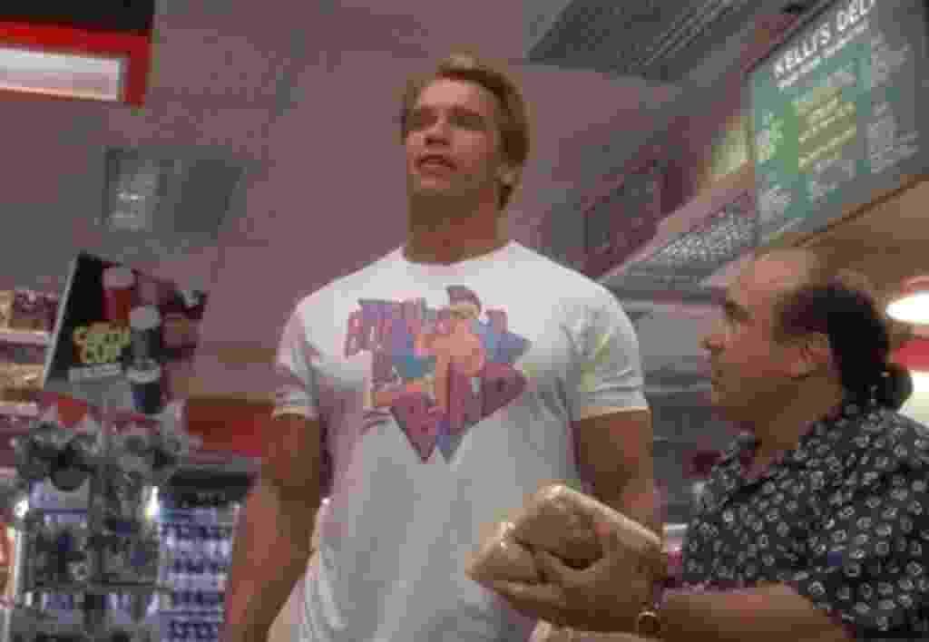 """Arnold Schwarzenegger em """"Irmãos Gêmeos"""" (1988) - Reprodução"""