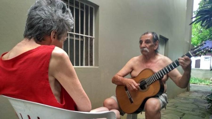 Lúcio conta que Sueli costuma chorar durante boa parte do dia, mas fica em silêncio para ouvi-lo se apresentar: Foto de serenata viralizou - Arquivo pessoal