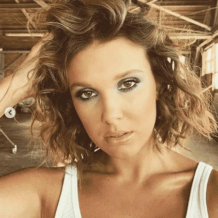 A estrela de Stranger Things compartilhou duas fotos em que aparece usando uma sombra azul bem esfumada e cabelos ondulados - Reprodução/Instagram