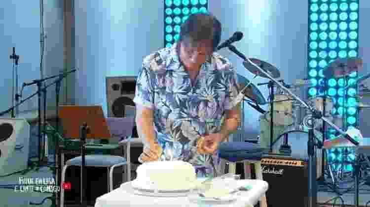 Roberto Carlos acende vela em bolo de aniversário - Reprodução - Reprodução