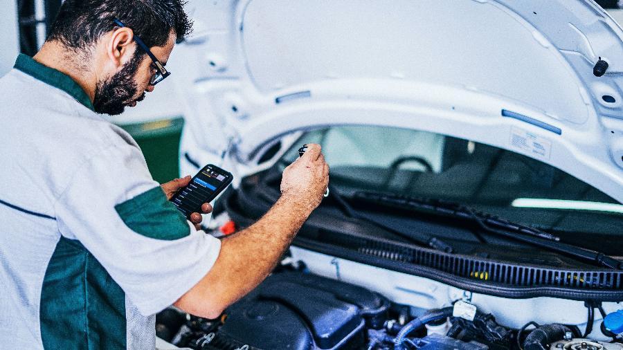 Técnico faz inspeção em automóvel; Empresas Credenciadas de Vistoria seguem checklist e fotografam todas as partes verificadas - Divulgação