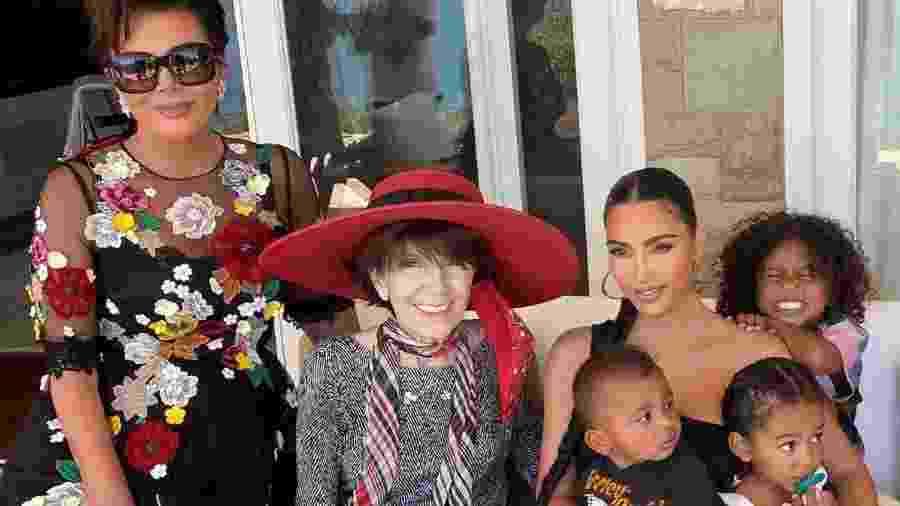 Kim Kardashian com a mãe, avó e filhos - Reprodução/Twitter