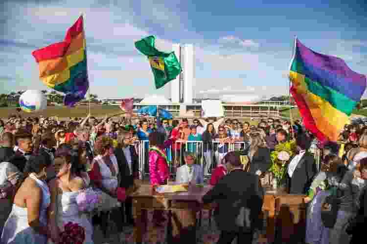 28.jun.2015 - Casais LGBTQIA+ se casam em frente ao Congresso, antes da Parada Gay do DF, em 2015 - Ed Ferreira/Folhapress - Ed Ferreira/Folhapress