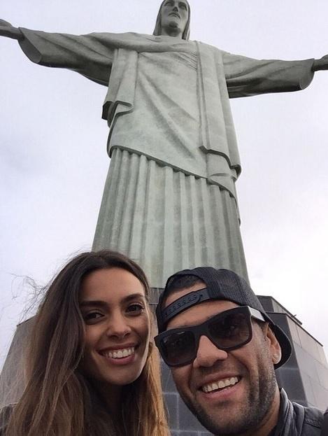 Daniel Alves leva a namorada, Joana Sanz, para conhcer o Cristo Redentor, no Rio de Janeiro.