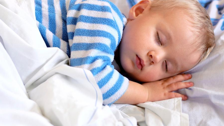 Associação nos EUA recomenda que bebês durmam com os pais por ao menos seis meses - Getty Images