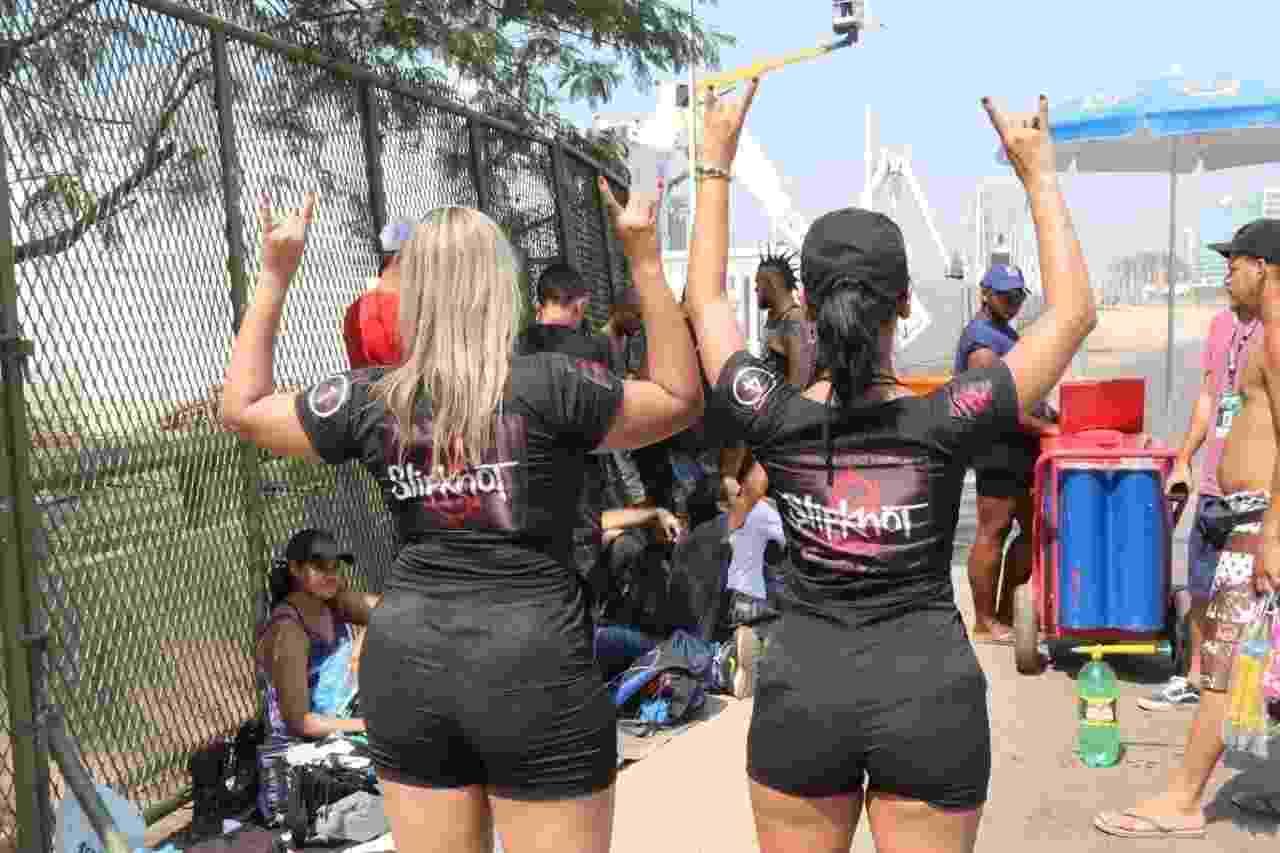 25.set.2015 - Amanda Gomes e Renata Viana, fãs do Slipknot, aguardam abertura do portão para o 5º dia de Rock in Rio - Zulmair Rocha/UOL