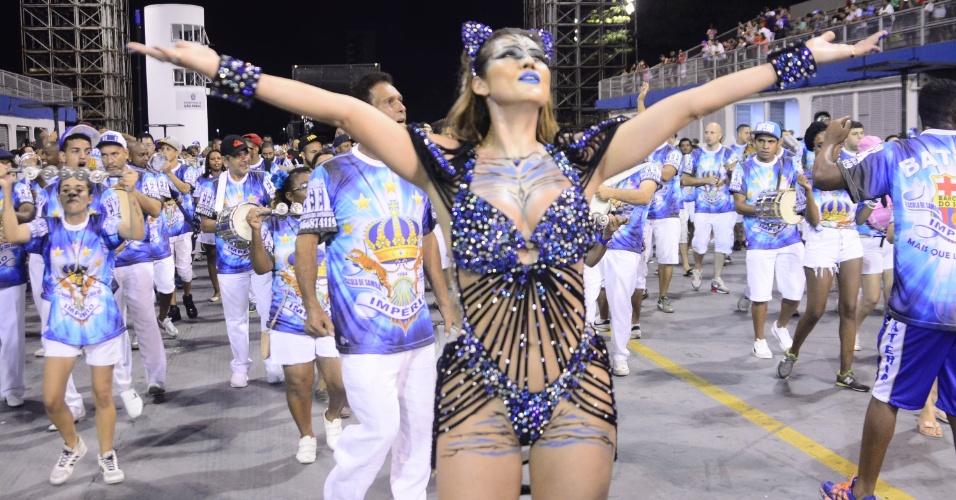 21.dez.2015 - Lívia Andrade vira tigresa em ensaio técnico do Império de Casa Verde no ensaio da noite de domingo (20), no Anhembi, em São Paulo