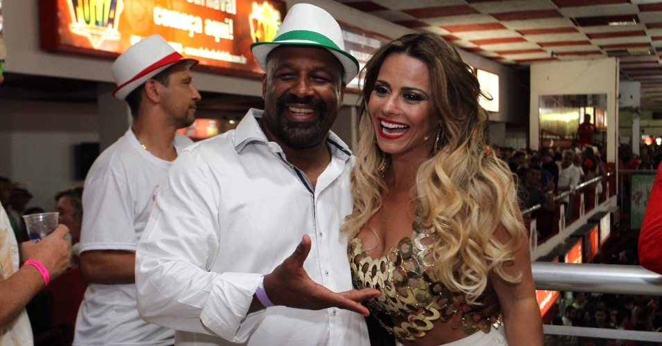17.jan.2016 - O ator Aílton Graça posa com a rainha da bateria da Acadêmicos do Salgueiro, Viviane Araújo, durante ensaio na quadra da agremiação.