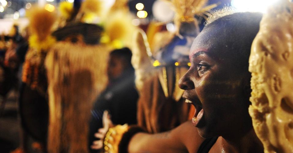 6.fev.2016 - Integrante da Rosas de Ouro comemora o fim do desfile da escola de samba, a quarta a entrar no Anhembi na madrugada deste sábado