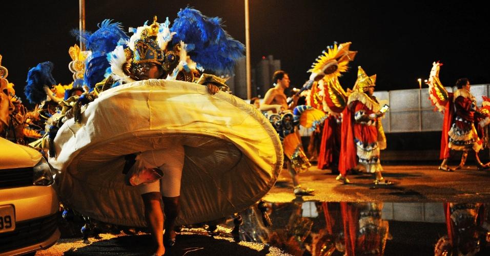 7.fev.2016 - Baianas começam a despir a armação da saia após o fim do desfile do Império de Casa Verde, na madrugada deste domingo