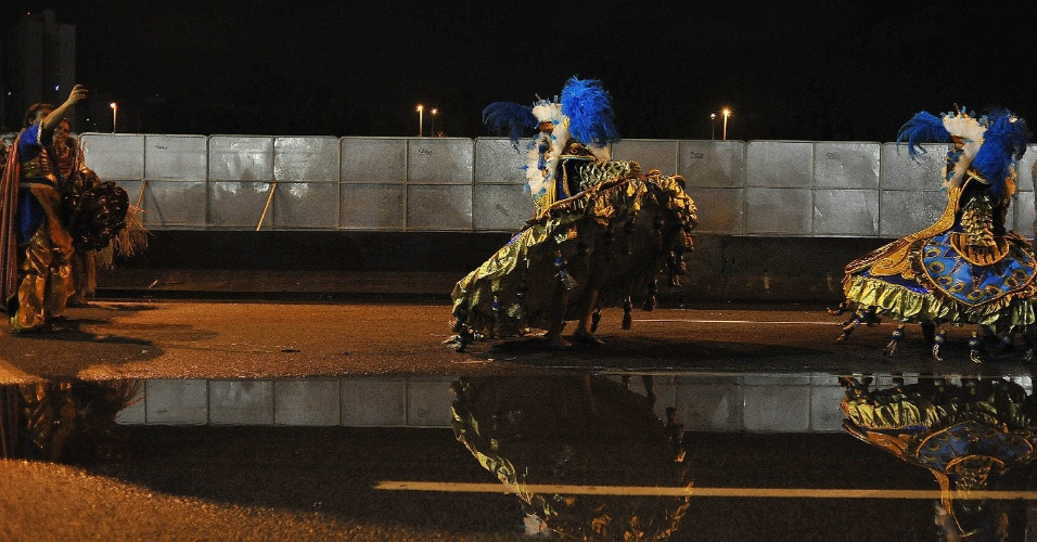 7.fev.2016 - Baiana carrega saia acima de poça de água na Marginal Tietê, após o fim do desfile do Império de Casa Verde