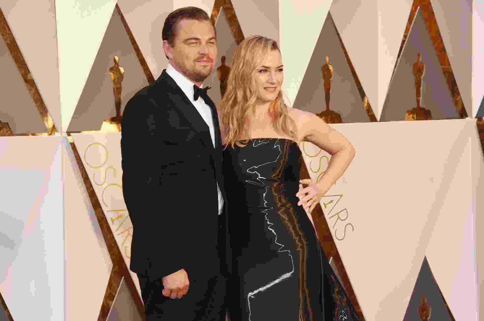 28.fev.2016 - Leonardo DiCaprio posa com Kate Winslet no tapete vermelho do Oscar 2016 - Jason Merritt/Getty Images