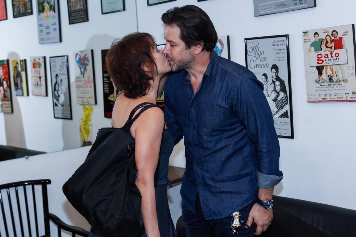 22.abr.2016 - Murilo Benício beijou a mulher, Débora Falabella, na reestreia da peça