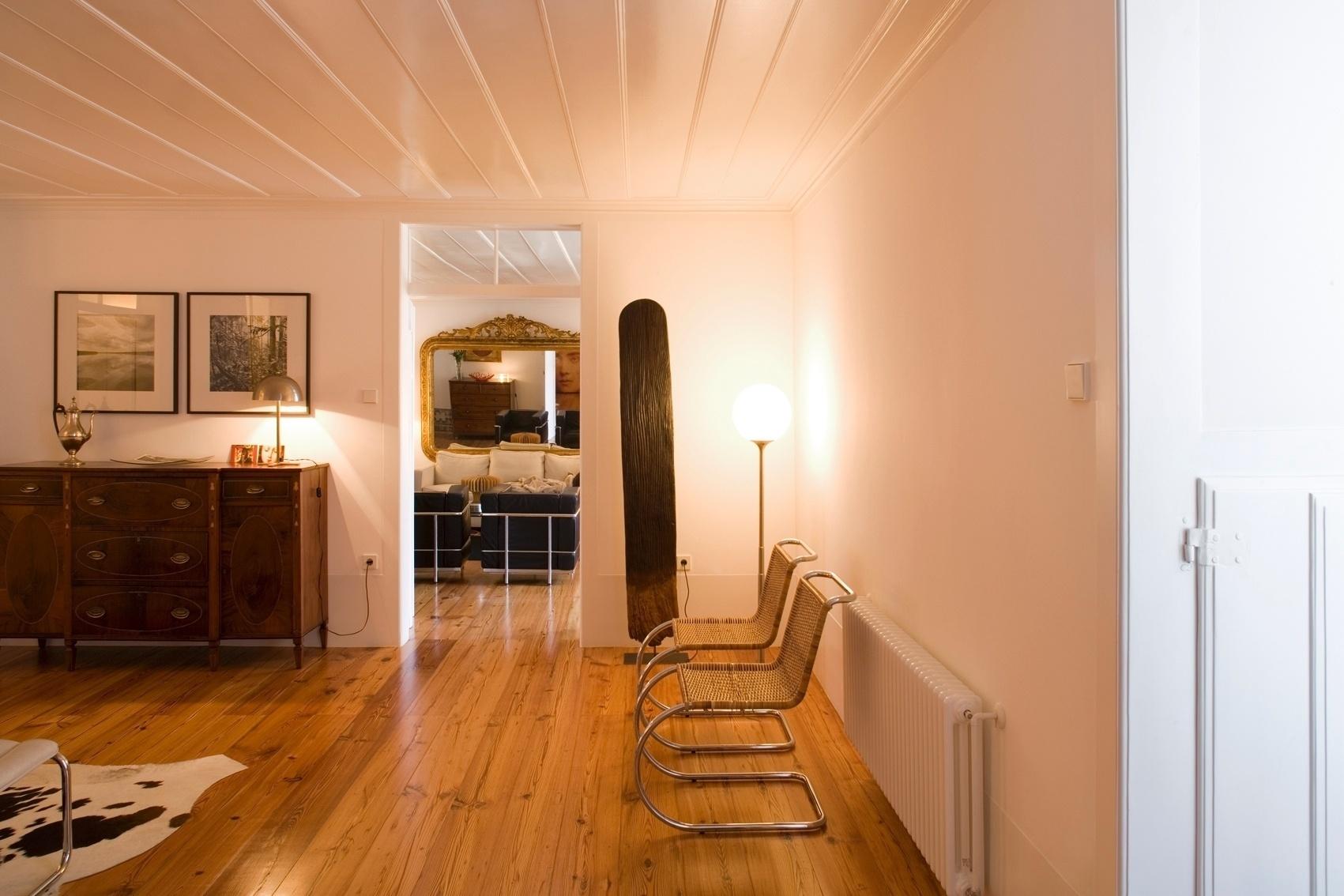O projeto para a reforma da Casa Maria Borges é de 2006 e a ideia era transformar a construção com quase 300 anos em uma moradia contemporânea, adaptada às necessidades atuais. Todavia, não se pretendia que a carga histórica do passado ou suas características arquitetônicas se perdessem. Assim, o projeto do Atelier Bugio, em Lisboa, buscou manter traços originais, como o piso de madeira e os vãos com alturas generosas