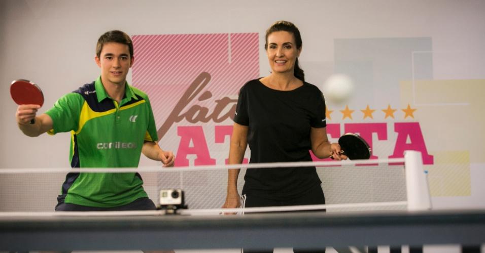 Fátima Bernardes aprende tênis de mesa com o atleta Hugo Calderano, de 19 anos