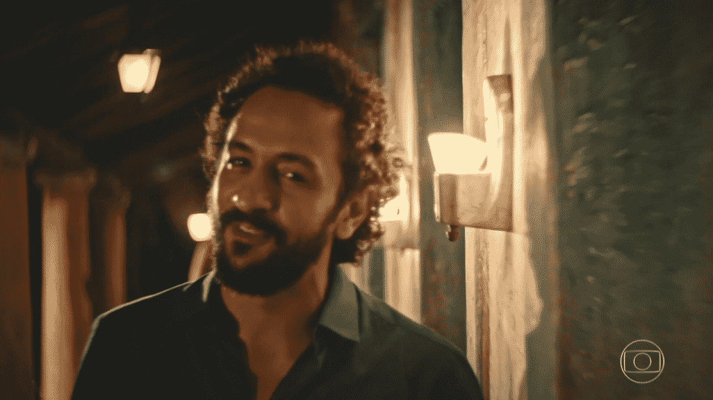 """Bento (Irandhir Santos) olha para Santo (Domingos Montagner), substituído por uma câmera. A direção de """"Velho Chico"""" desfocou a imagem para simular o olhar do personagem - Reprodução/TV Globo"""