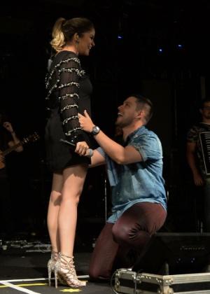 1.nov.2016 - Rodolfo beija a barriga de Maria Cecília durante show em SP - AgNews