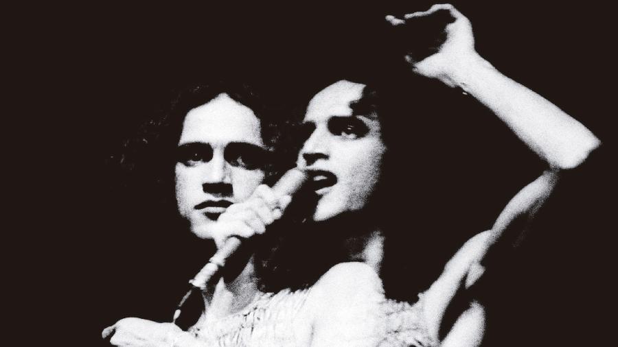Muitos Caetanos: Cantor em 1972, em show após sua volta do exílio, no Teatro João Caetano - Thereza Eugênia