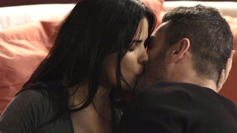 """Antônia (Vanessa Giácomo) e Domênico (Marcos Veras) se beijam em """"Pega Pega"""" - Reprodução/GShow"""