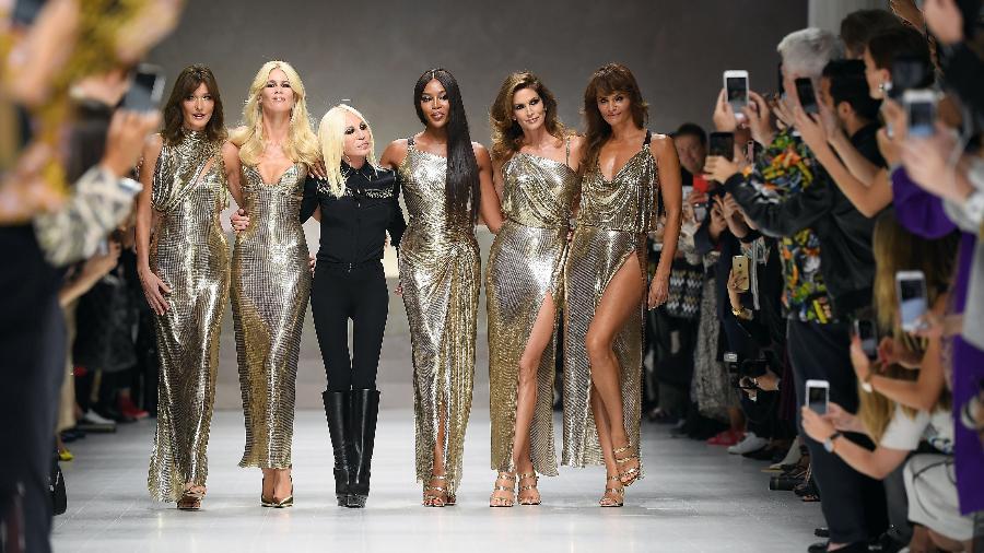 Carla Bruni, Claudia Schiffer, Donatella Versace, Naomi Campbell, Cindy Crawford e Helena Christensen no desfile da Versace - Getty Images