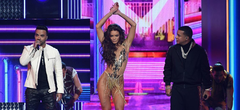 "Luis Fonsi, a Miss Universo Zuleyka Rivera e Daddy Yankee apresentam ""Despacito"" no palco do Grammy 2018 - Getty Images"