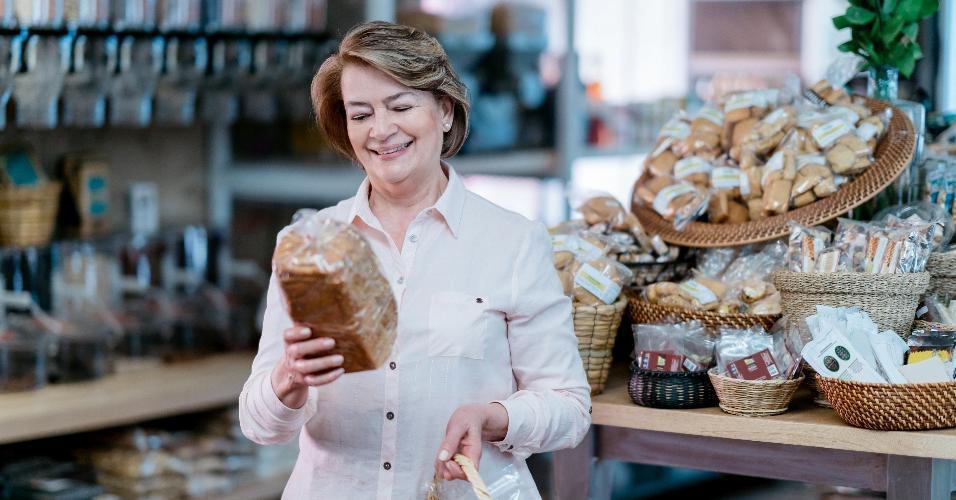 pão de supermercado; mulher comprando pão
