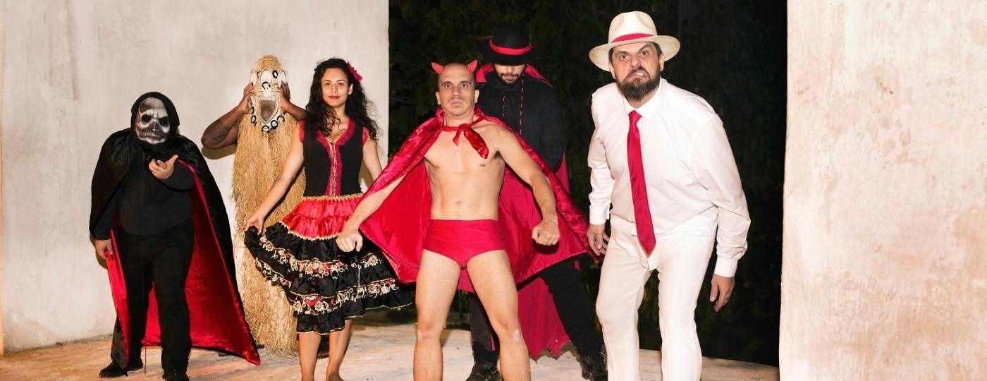 Angelo Arede (de branco) entrou com queixa-crime contra antigos integrantes da banda, por calúnia e difamação - Fabiano Soares/Divulgação