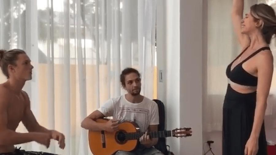 Letícia Spiller ensaia canto com o filho, Pedro Novaes, e o namorado, Pablo Vares - Reprodução/Instagram