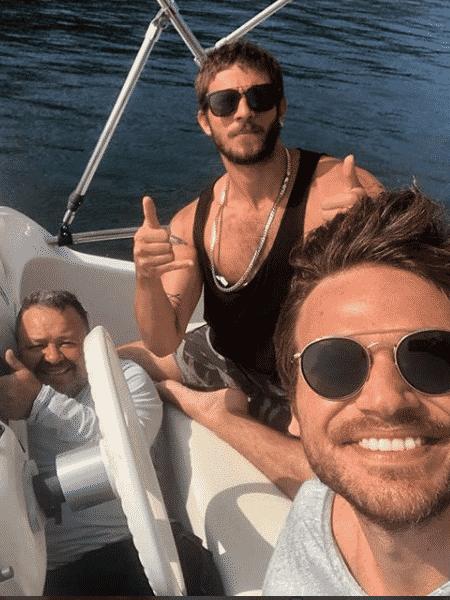 """O """"homem do barco"""", Chay Suede e Emílio Dantas - Reprodução/Instagram"""