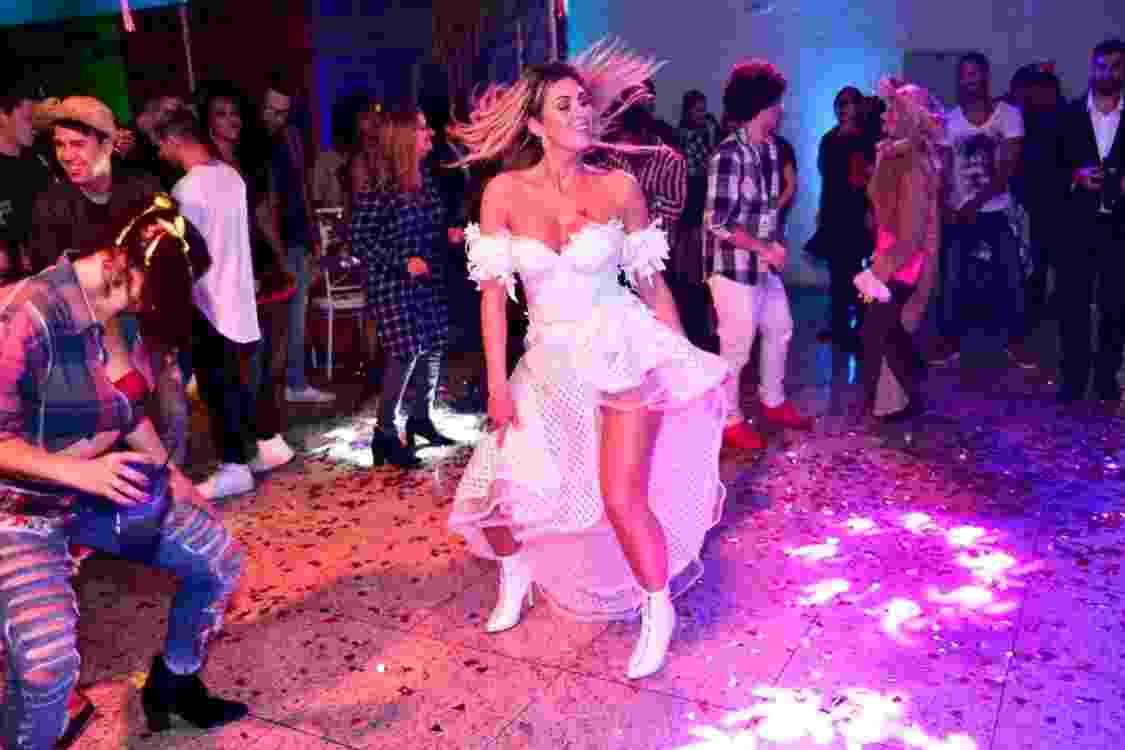 Com mais de um mês de atraso, Lívia Andrade comemorou seu aniversário de 35 anos vestida de noiva com um arraiá animado em São Paulo - Leo Franco / AgNews