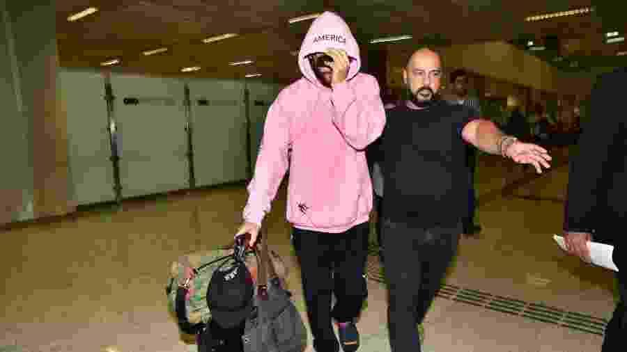 Jared Leto desembarca escoltado por seguranças no Aeroporto de Guarulhos - Leo Franco/AgNews