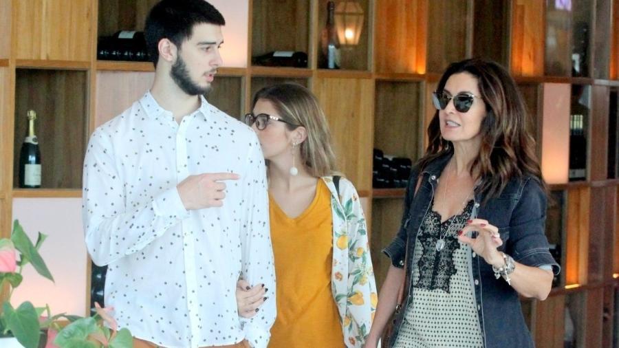 Fátima Bernardes passeia em shopping com o filho Vinicius e a namorada dele, Thalita - Daniel Delmiro/Ag.News