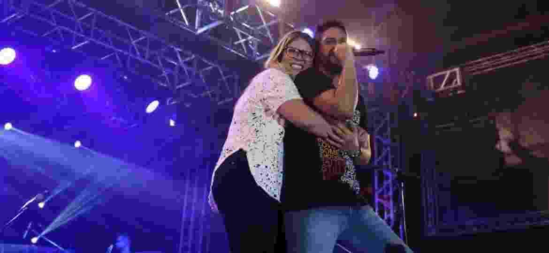 Marília Mendonça surge de surpresa no show da dupla Jorge e Mateus, em São Paulo, e abraça Jorge - Wadson Henrique/Villa Country