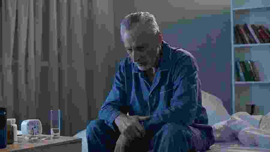 Ficar sozinho é diferente de buscar reclusão: reconheça sintomas de depressão em idosos - iStock