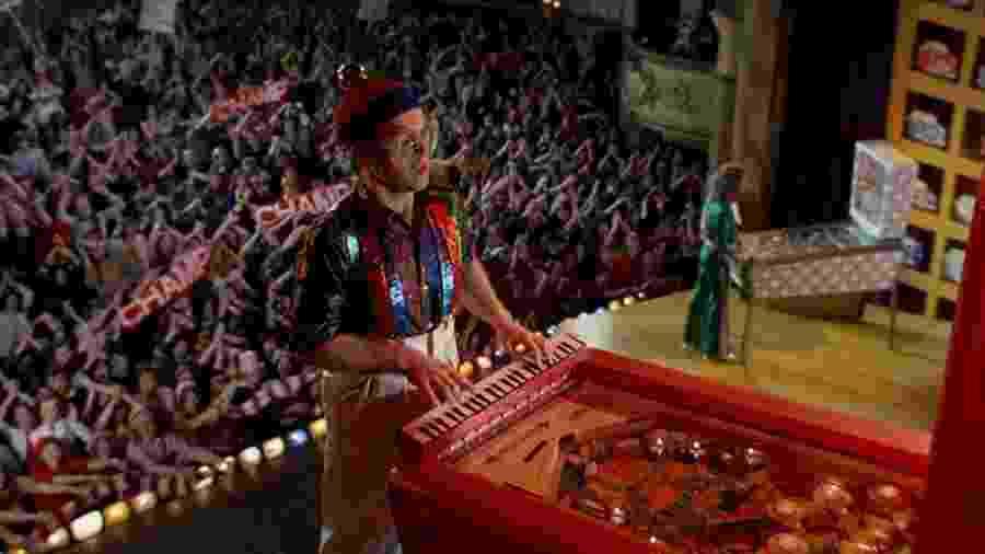 """Elton John em cena de """"Tommy"""", musical de 1975 - Reprodução/Youtube"""